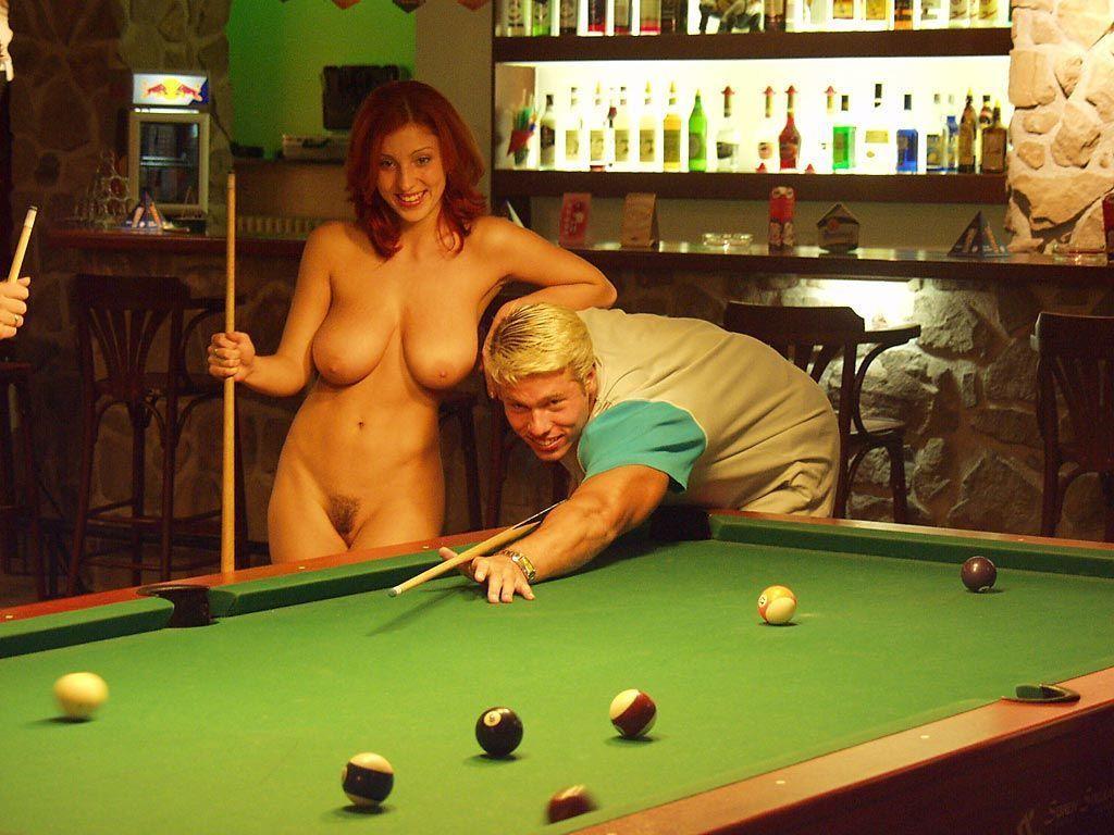 С плоской грудь и ее подруга не дали мужику поиграть в бильярд