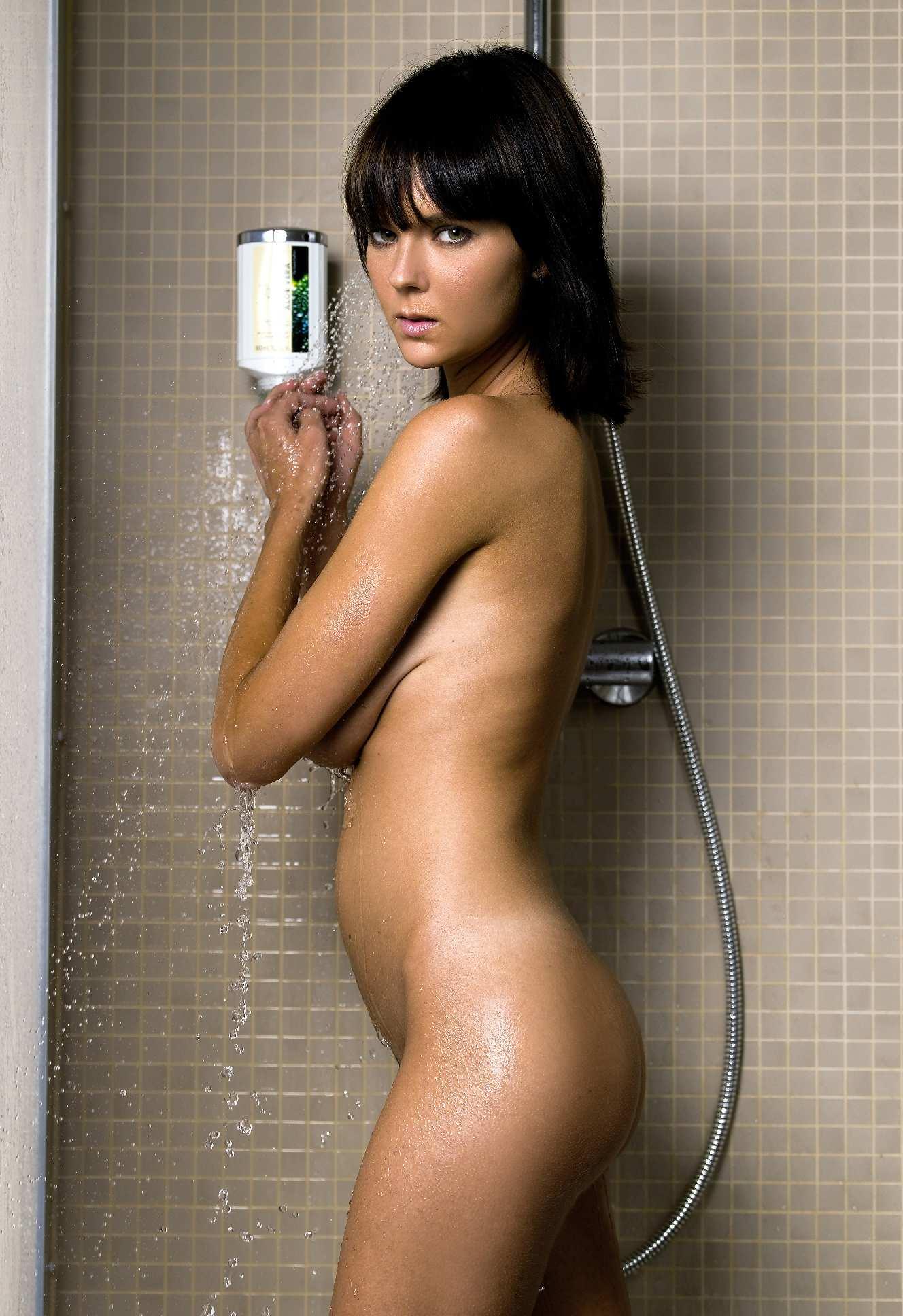 mulher-com-peitos-grandes-tomando-banho-pelada-1