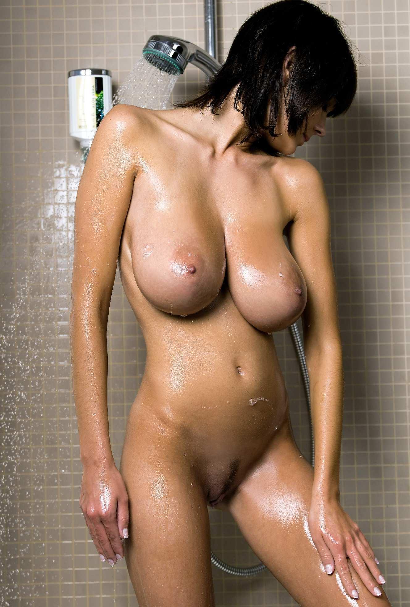 mulher-com-peitos-grandes-tomando-banho-pelada-2
