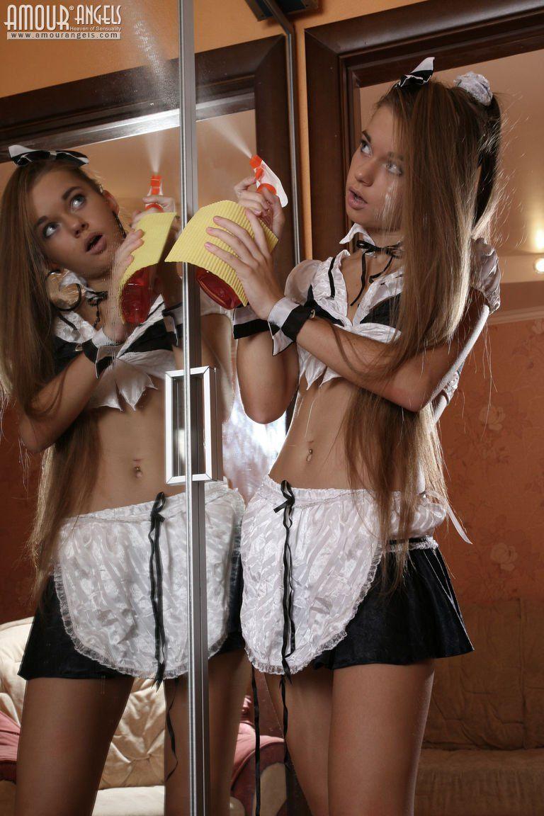 Empregada Novinha e Bem Safada Tirando a Roupa