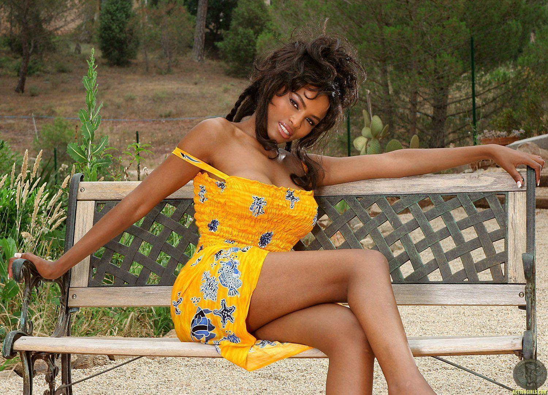 Negra Linda e Peituda Pelada Mostrando Tudo