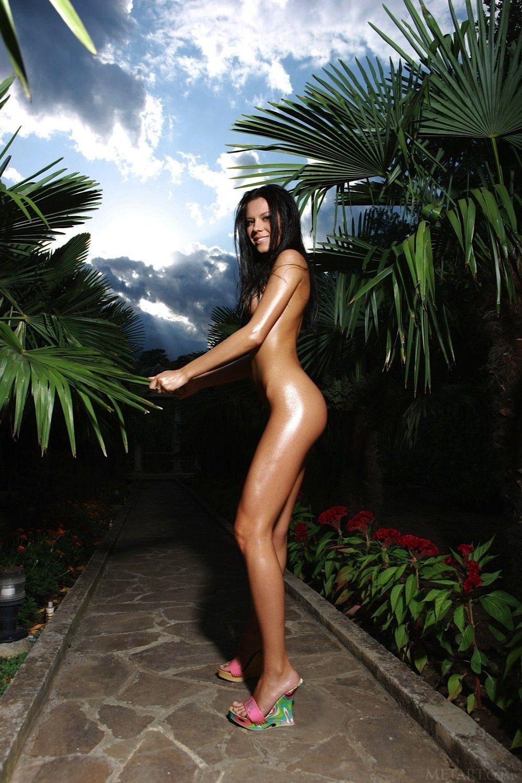 Morena Bronzeada Nua Mostrando a Buceta Suculenta