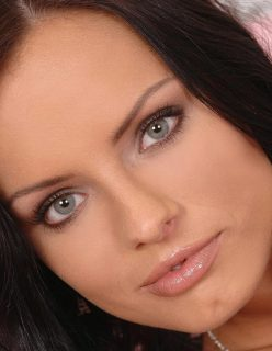 Morena Linda de Olhos Verdes Socando o Vibrador na Xoxota