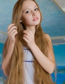 Novinha com Cabelos Claros de 18 Anos Peladinha