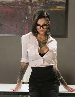 Secretaria Tatuada Dando a Buceta pro Patrão Pirocudo