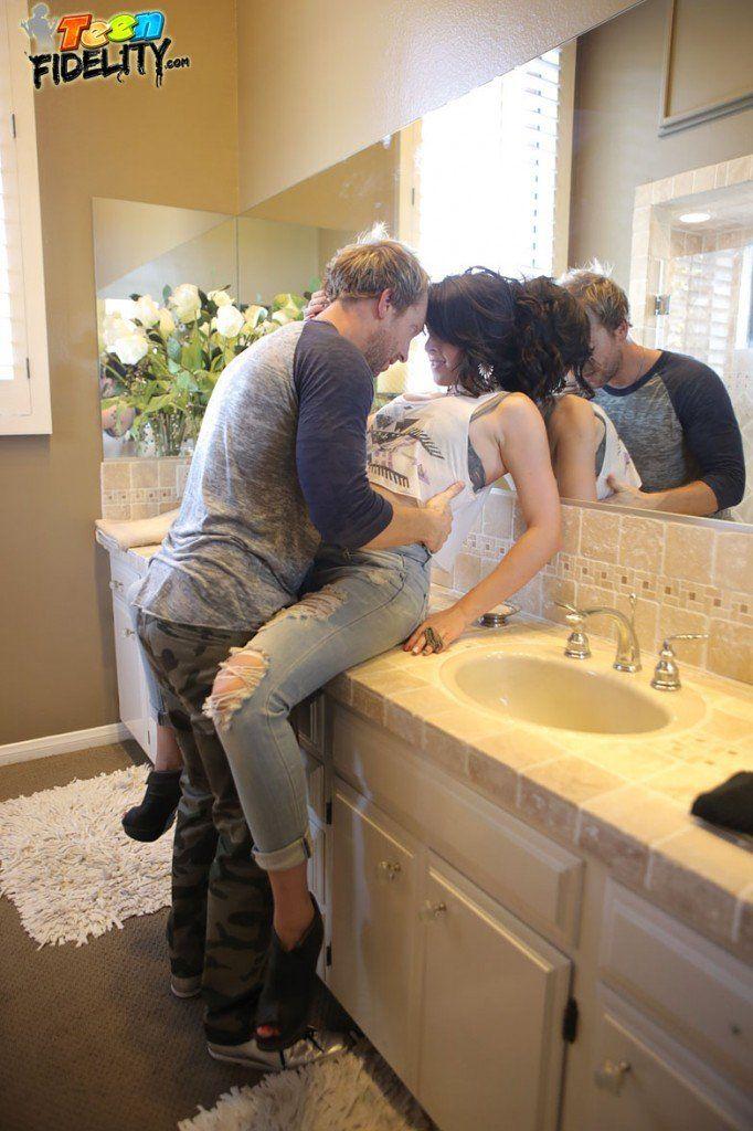 Novinha Branca Transando com Namorado em Banheiro (6)