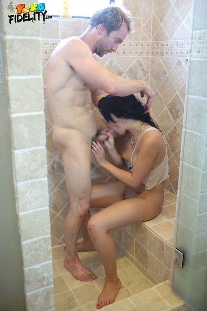 Novinha Branca Transando com Namorado em Banheiro (8)