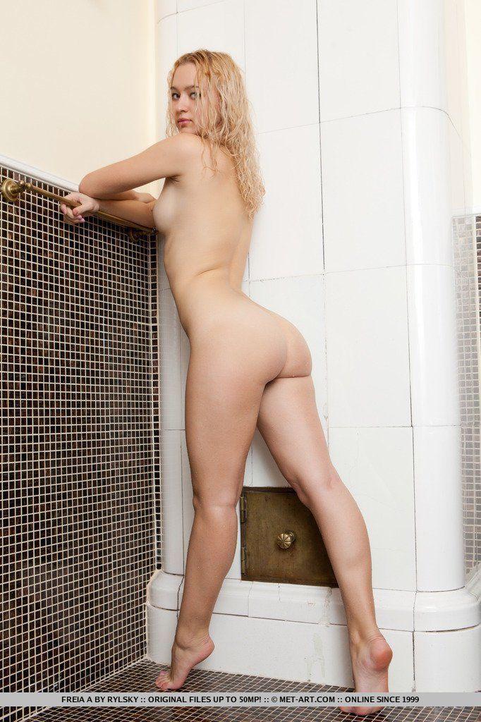 fotos-de-loira-novinha-pelada-lavando-e-a-buceta-no-banho-21