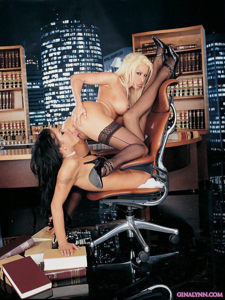 Secretárias Lésbicas Muito Taradas Fudendo na Mesa do Patrão