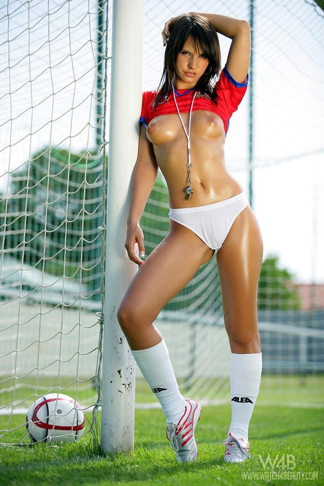 goliy-futbol-zhenskiy-foto-bolshih-goryachih-sisek
