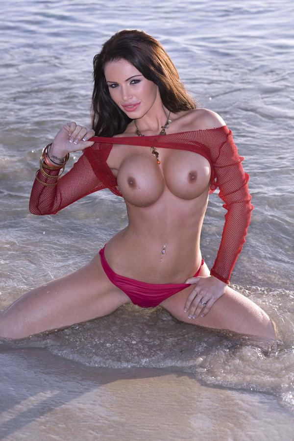 Morena Siliconada Pelada na Praia