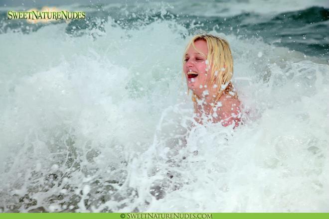 fotos-de-loira-nua-na-praia-tomando-banho-de-mar-11