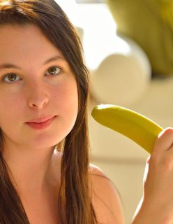 Novinha se Masturbando com uma Banana
