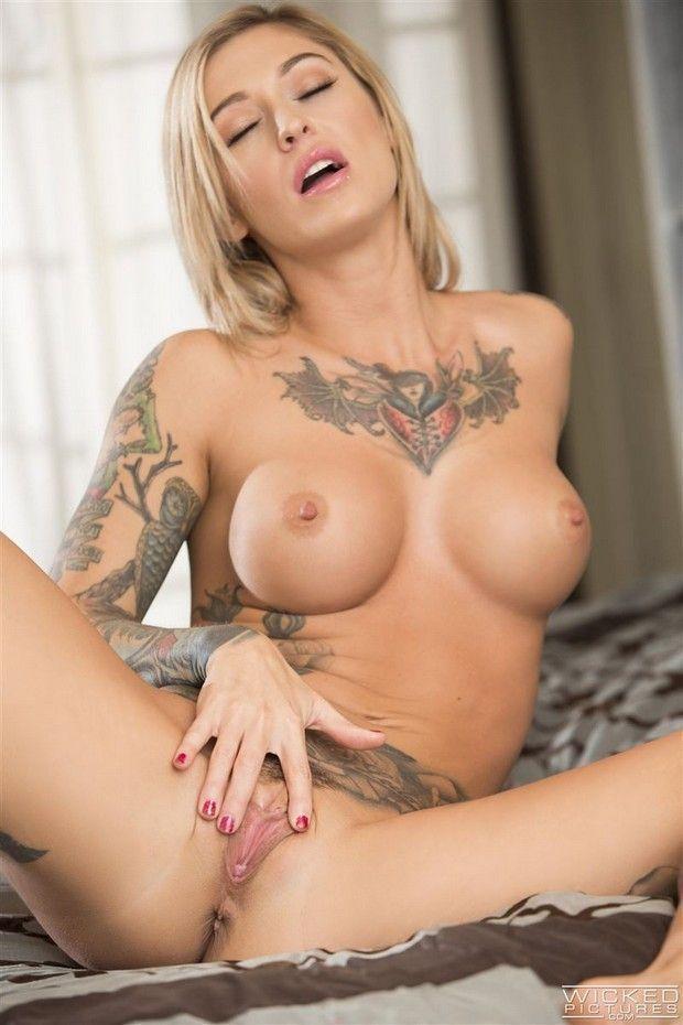 Lésbicas Gostosas Tatuadas se Chupando-3