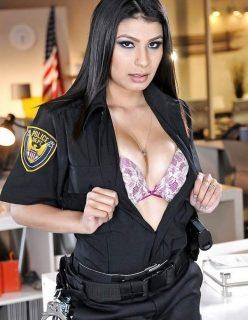 Morena Gostosa Vestida de Policial Ficou Pelada