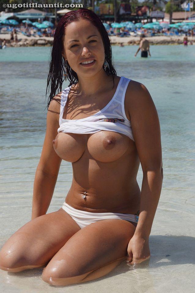 Linda Morena Mostrando os Peitões na Praia