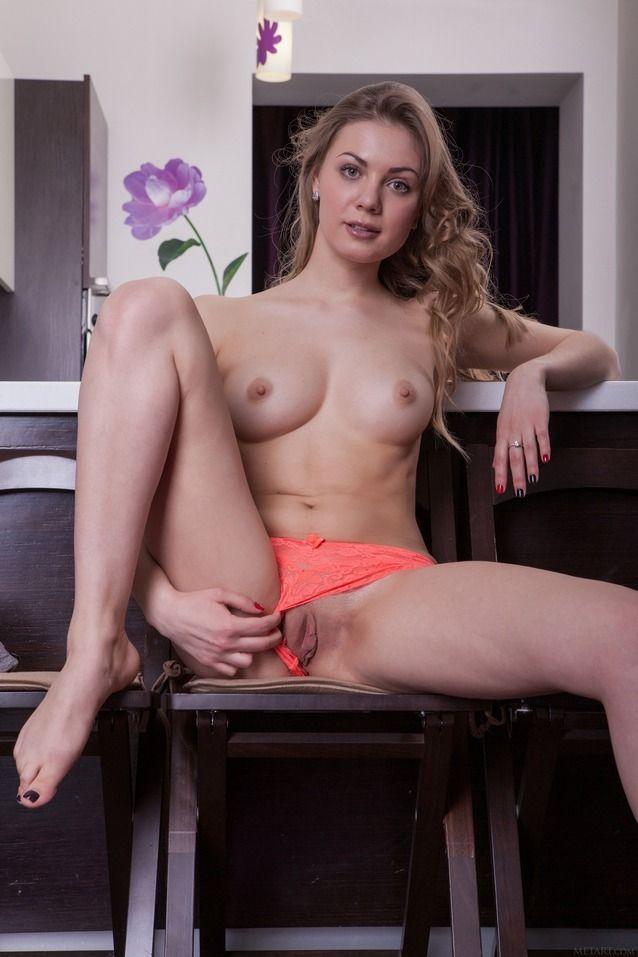 Branquinha dos seios lindos abrindo sua buceta carnuda