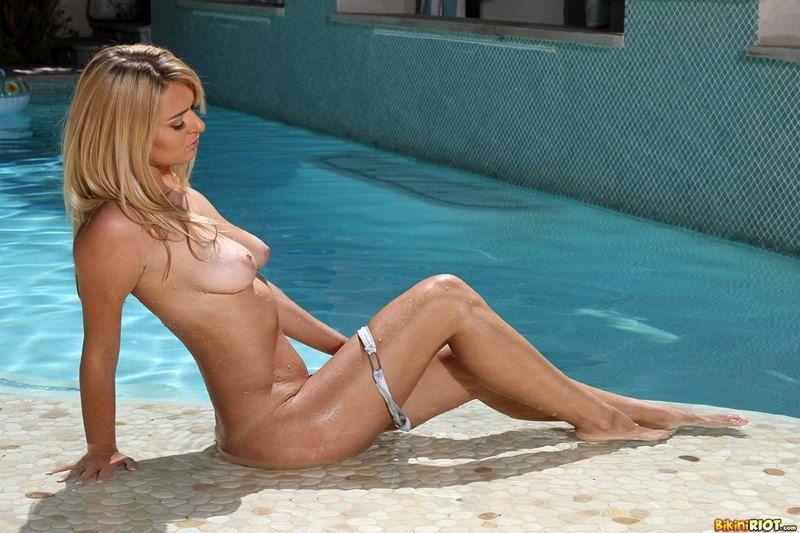 gostosa-pelada-na-piscina-exibindo-a-buceta-gostosa-8