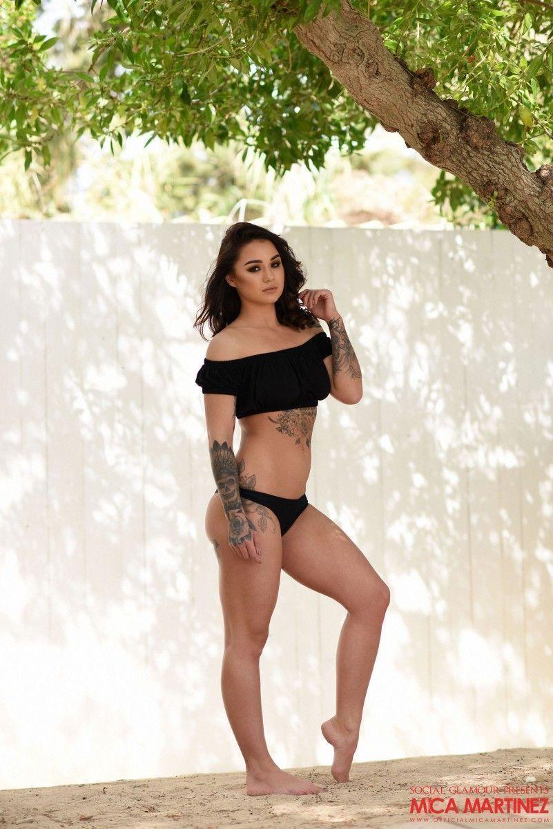 Rockeira Nua Exibindo seu Belo Corpo Tatuado