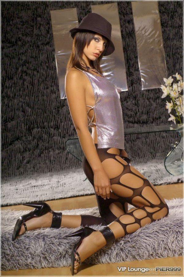 Stripper Linda Mostrando a Buceta e o Cuzinho de Quatro