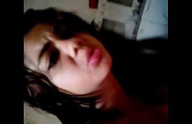Vídeo de Novinha Tesuda Dando a Bucetinha