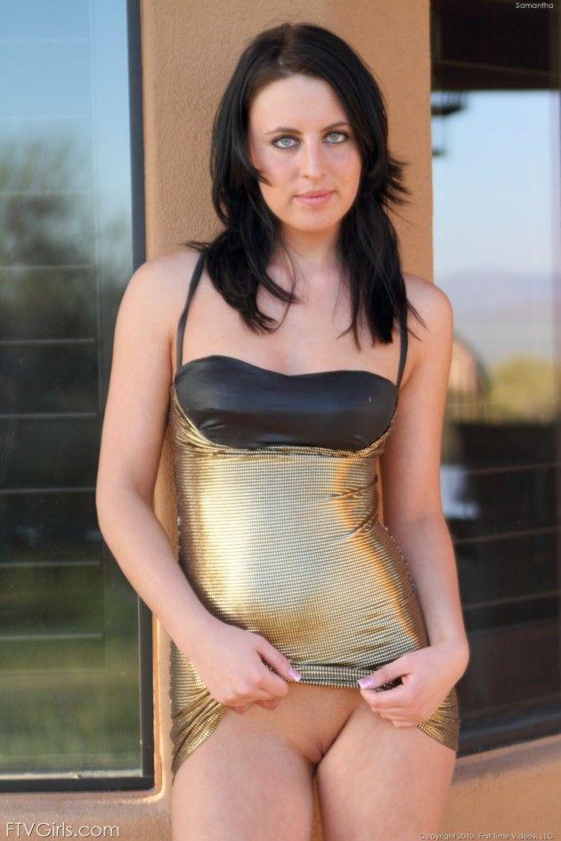 Linda Ninfeta de Olhos Azuis Mostrando a Bucetinha de Vestidinho