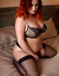 Ruiva Gordinha Sexy Mostrando seus Peitos Gostosos na Cama