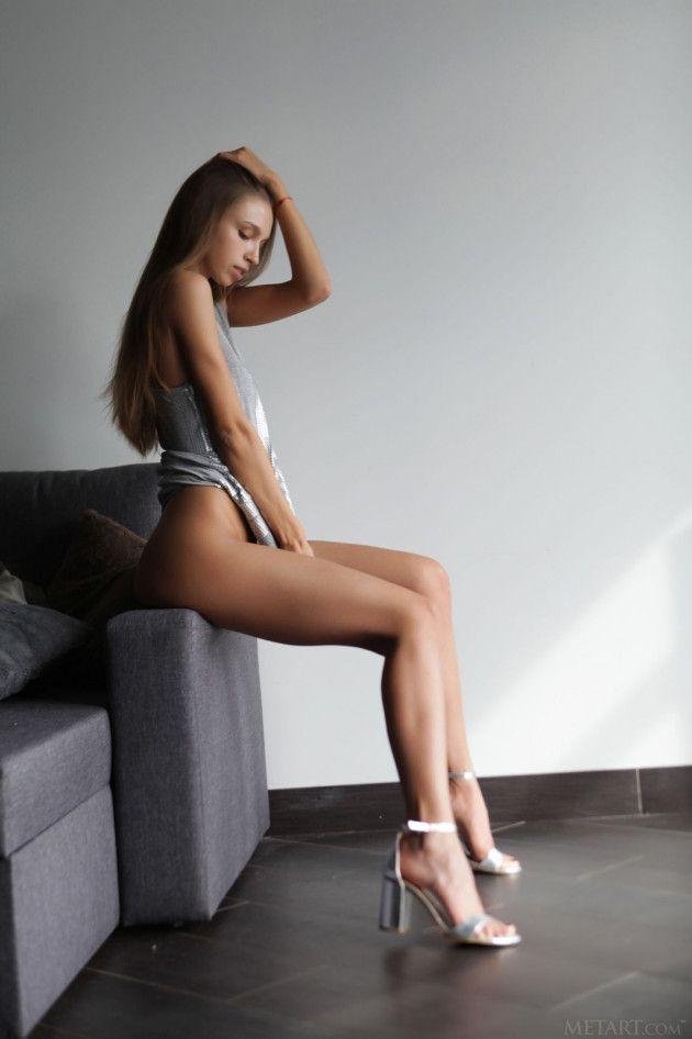 Lindos Peitinhos da Modelo Novinha Posando Nua