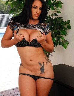 Morena Tatuada Gostosa Mostrando a Bucetinha Aberta