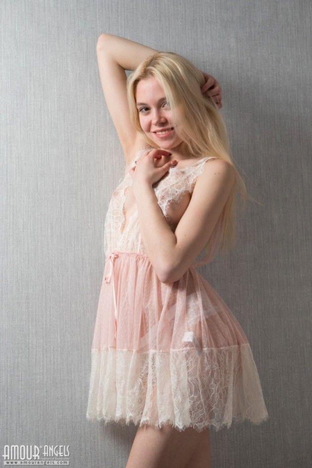 Branquinha de 18 Aninhos Exibindo sua Xoxota Rosada