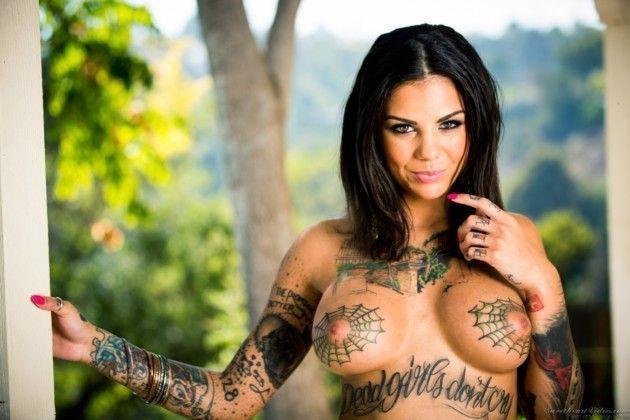 Morena Tatuada Nua Provocando a Amiguinha Loira