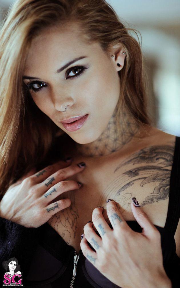 Fotos de Linda Ninfeta Tatuada se Exibindo Nua