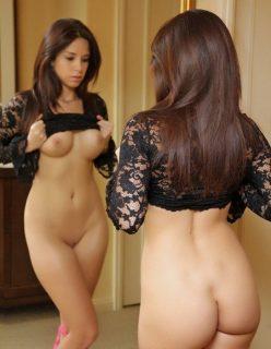 Novinha Deliciosa Peladinha na Frente do Espelho