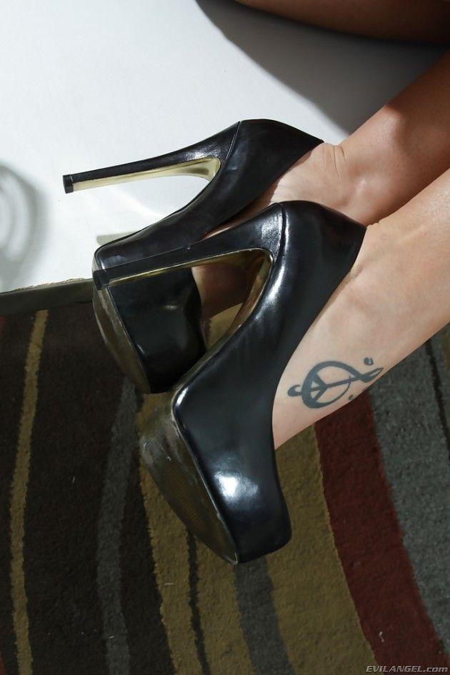 Buceta inchada loirinha usa brinquedo adulto na vagina - 3 part 2