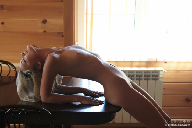 Loira de Corpo Sexy Pelada em Fotos de Tirar o Fôlego