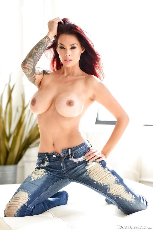 Ruivinha Linda de Calça Jeans Mostrando os Peitos Gostosos