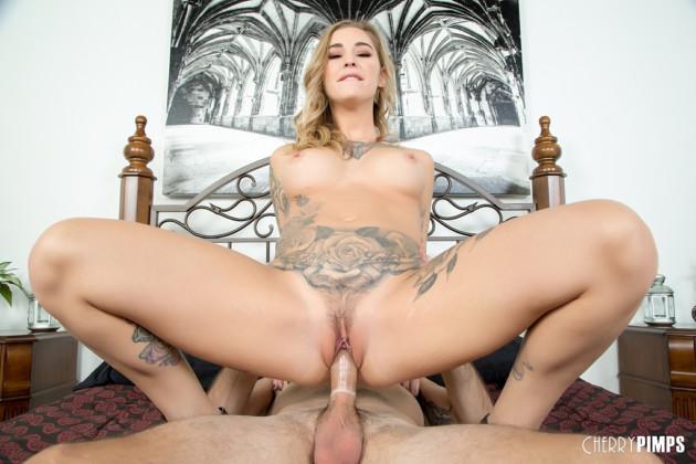 Mulher Tatuada Nua Fodendo com Namorado