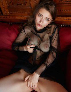 Ninfeta de Camisola Transparente Mostrando a Xaninha