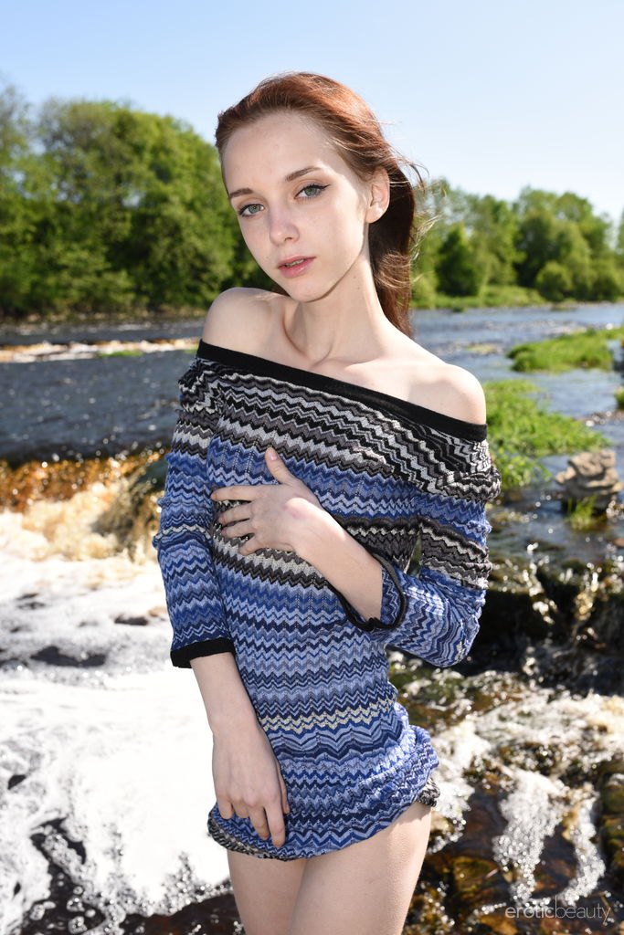 Magrinha de 18 Aninhos Pelada na Cachoeira