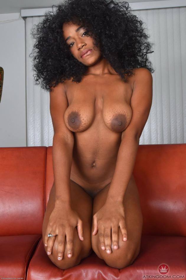 Negra Nua no Sofá Abrindo a Buceta