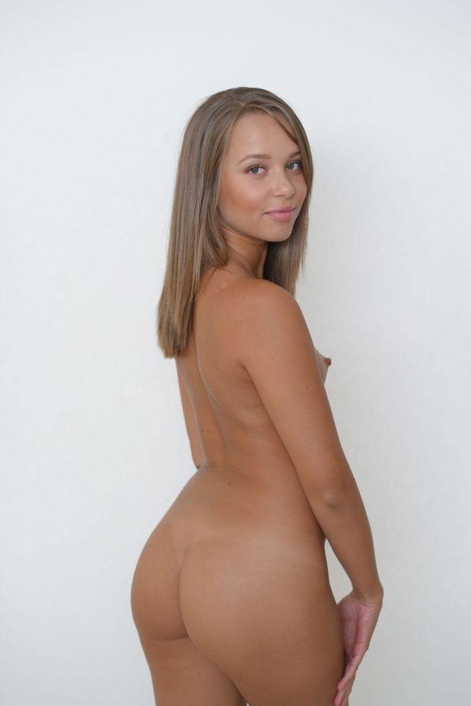 Ninfeta da Buceta Depilada Nua em Fotos Porno