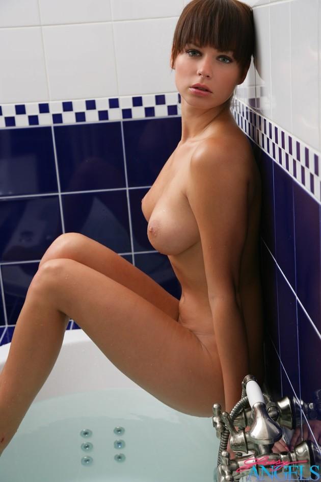 Novinha de Franjinha Peladinha Tomando Banho de Banheira