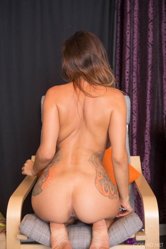 Novinha de Shortinho Mostrando a Bucetinha Peluda e o Corpo Tatuado