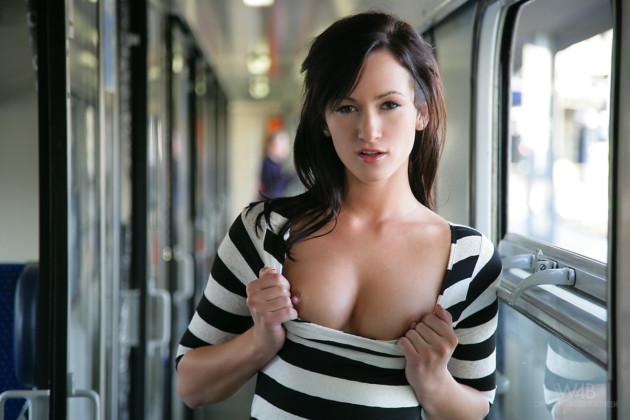 Moreninha Safada Mostrando a Buceta no Metrô