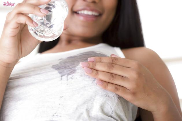 Negra novinha de shortinho mostrando a xoxota depilada