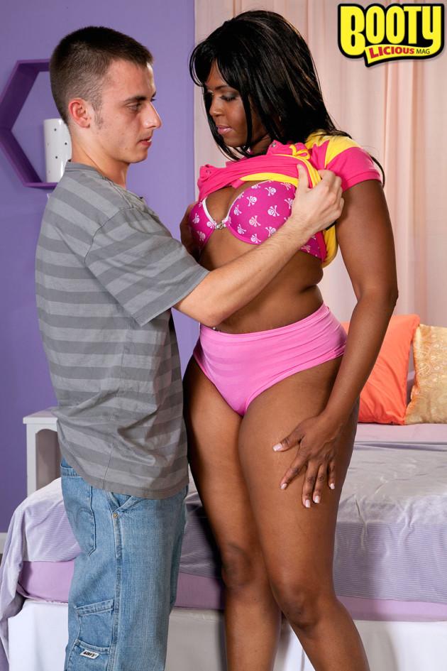 Negra Rabuda Fodendo com Novinho