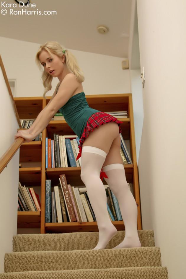 Colegial safada de sainha mostrando a buceta rosada