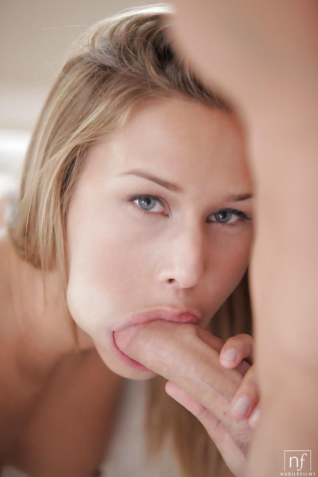 Dando gozada na cara da namorada boqueteira