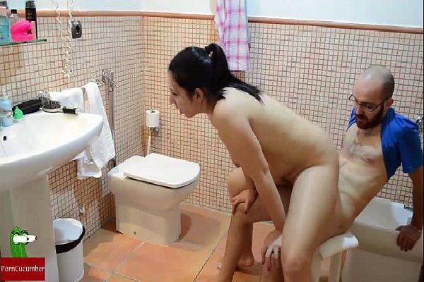 Cunhada novinha dando no banheiro