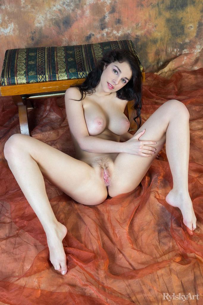 Moreninha contorcionista se abrindo toda pelada